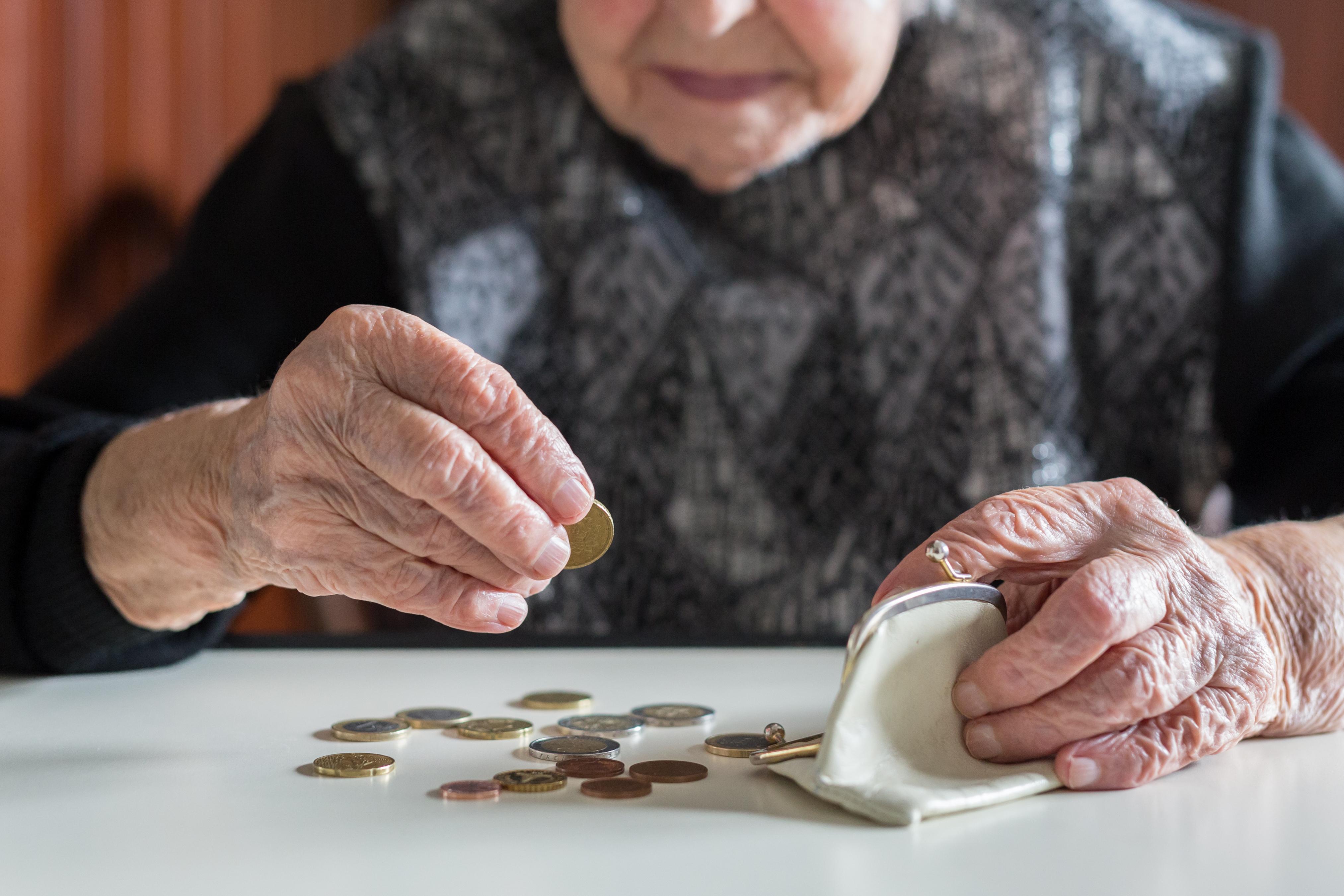 5,6 MILIONI DI PENSIONATI PIÙ POVERI - Il ricalcolo Inps prevede una riduzione degli assegni. Sindacati in piazza il 1°