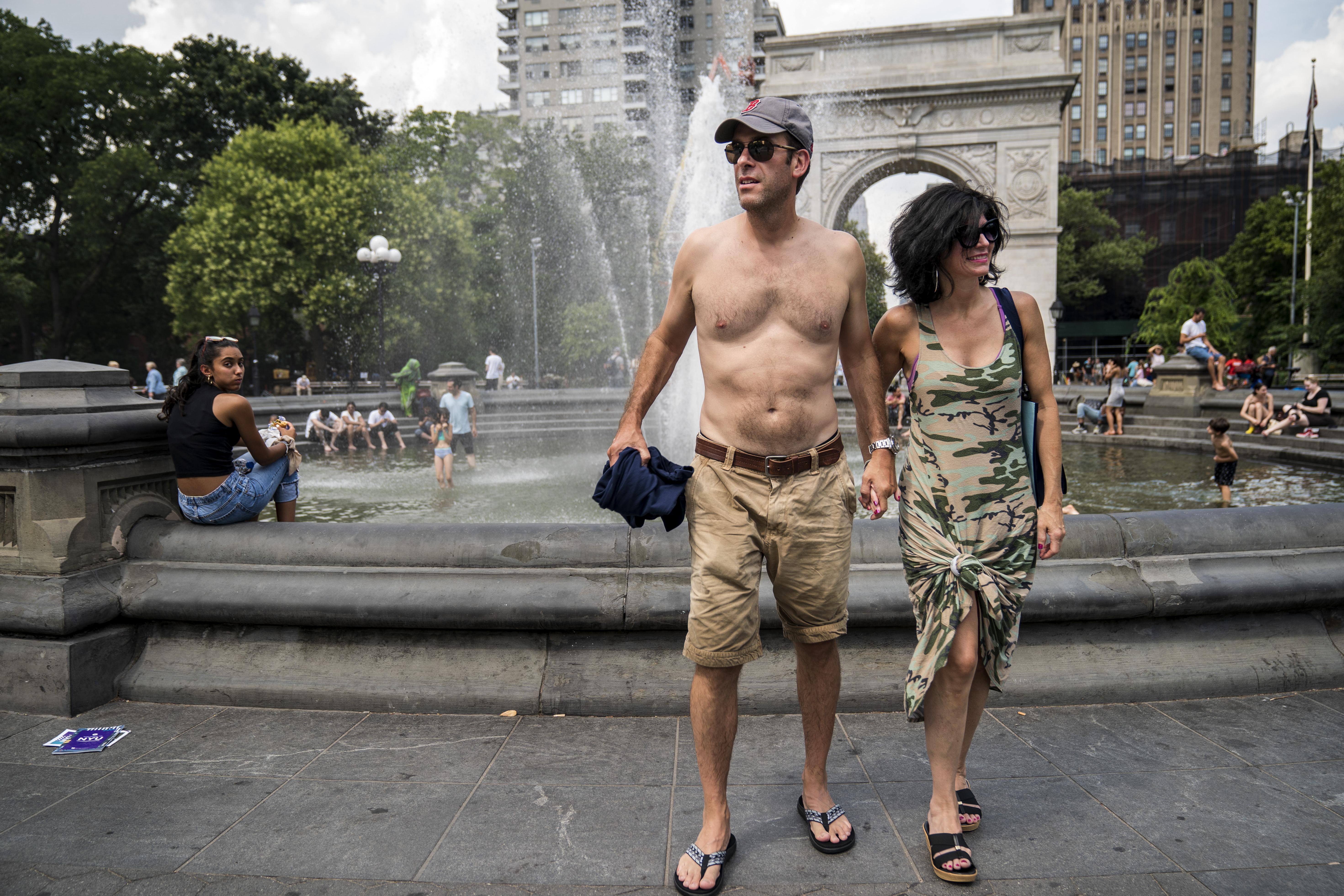 Personas se refrescan en una fuente en una muy calurosa Nueva York. Las temperaturas allí y en otras grandes ciudades de EEUU serán muy elevadas este fin de semana. (Drew Angerer/Getty Images)