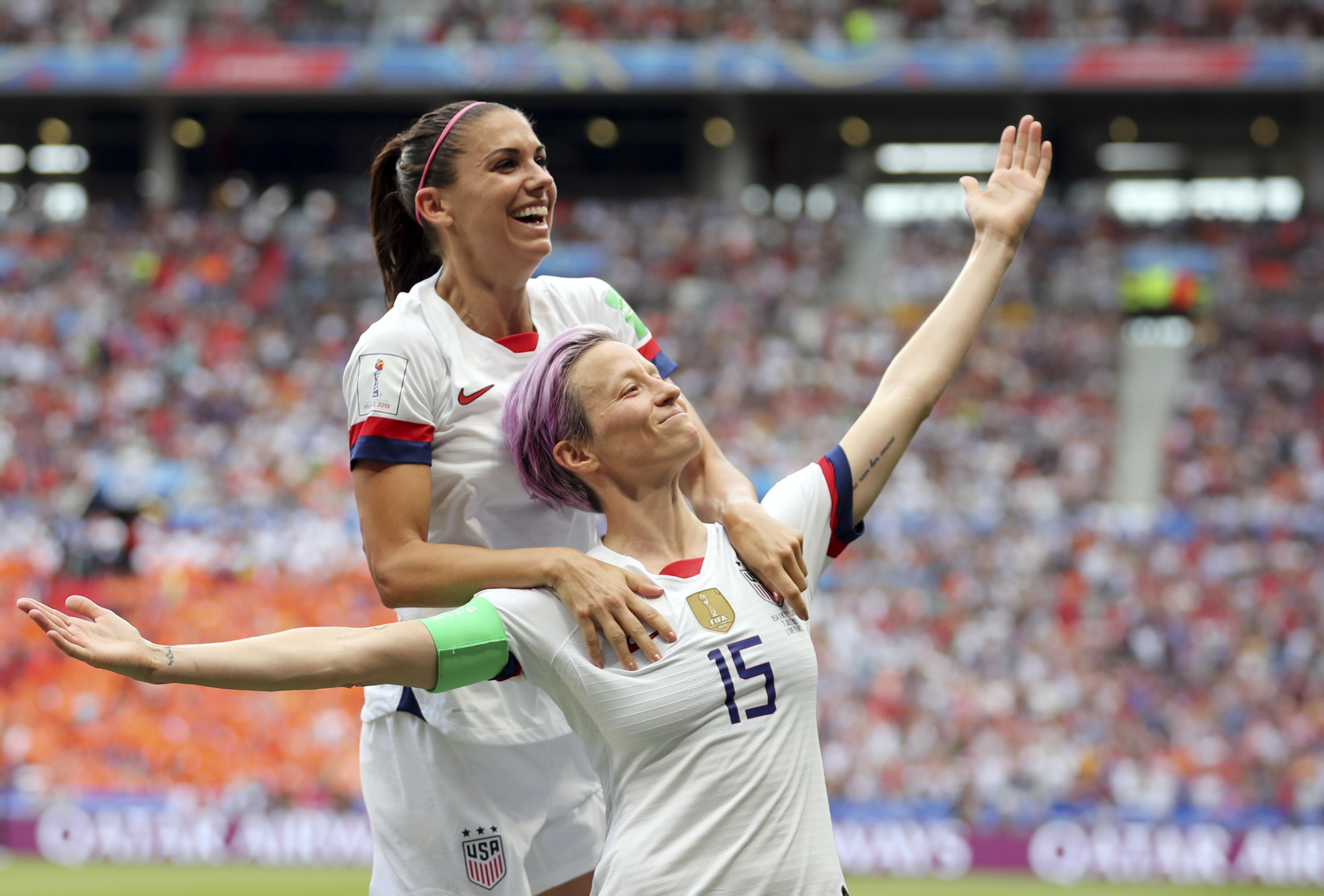 Megan Rapinoe (15) festeja con Alex Morgan tras anotar el primer gol de Estados Unidos en la victoria 2-0 ante Holanda en la final de la Copa Mundial femenina en Lyon, Francia, el domingo 7 de julio de 2019. (AP Foto/Francisco Seco)