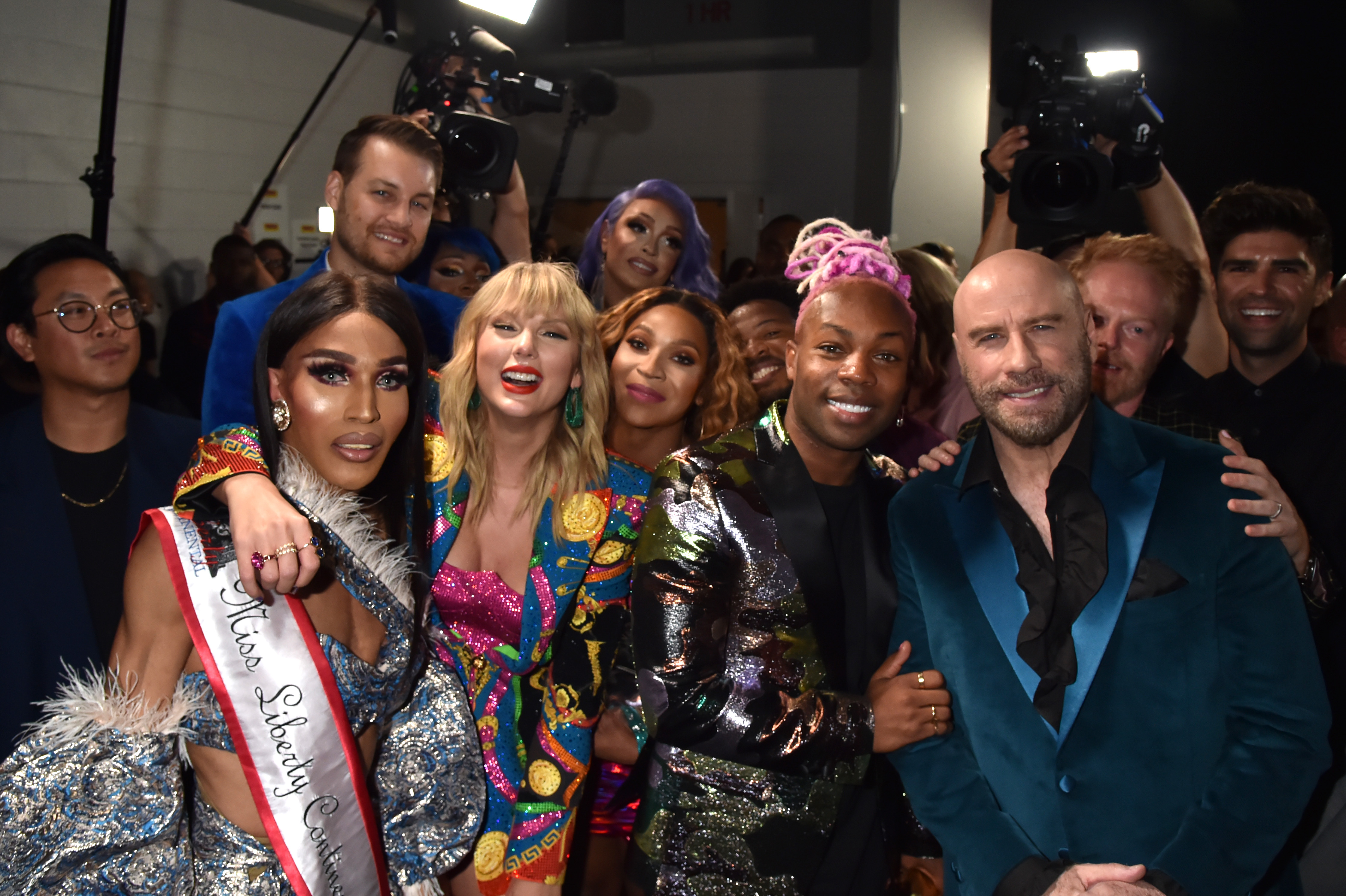 NEWARK, NEW JERSEY - AUGUST 26: Taylor Swift, Todrick Hall, John Travolta, and Jesse Tyler Ferguson pose backstage during the 2019 MTV Video Music Awards at Prudential Center on August 26, 2019 in Newark, New Jersey. (Photo by Jeff Kravitz/FilmMagic)