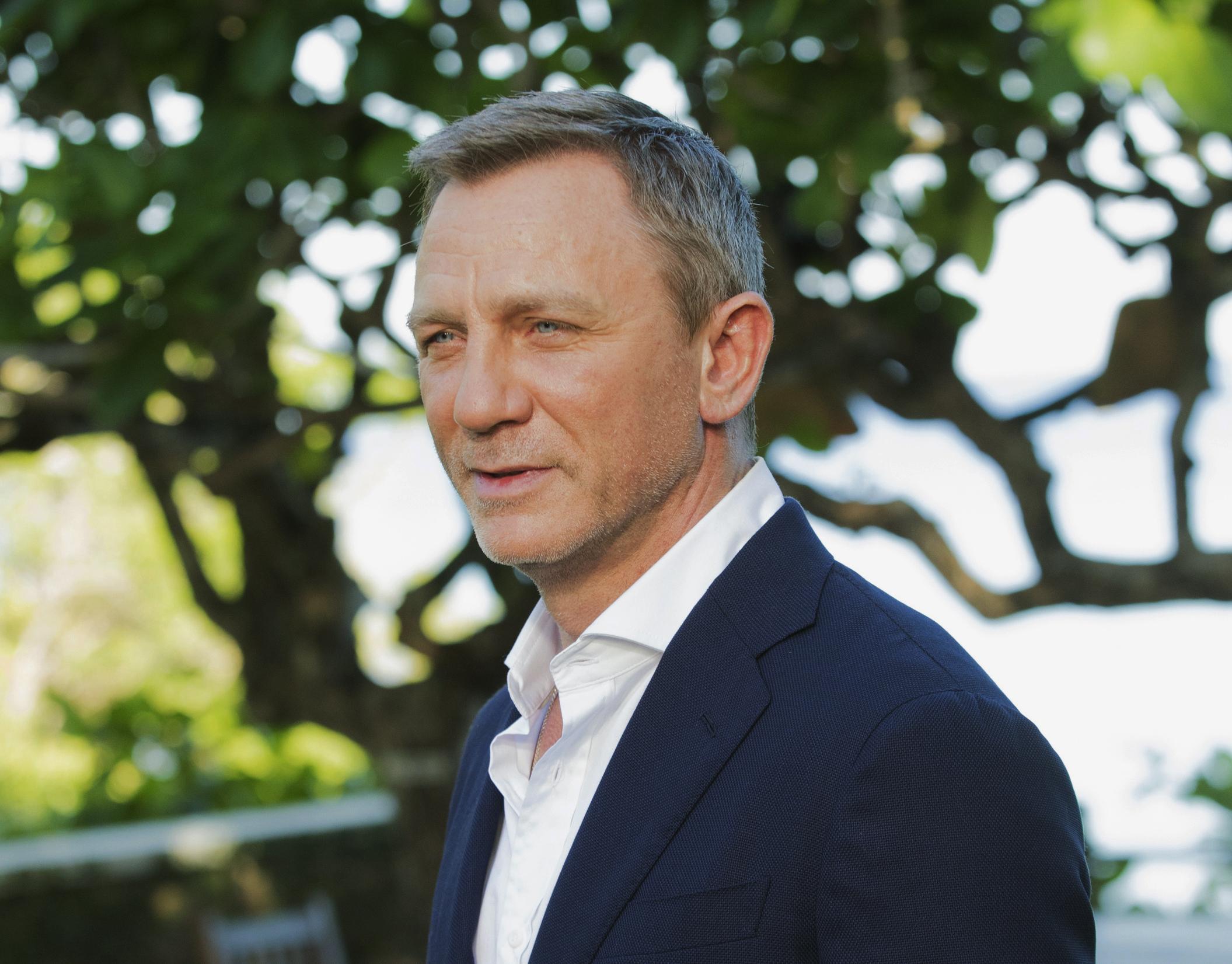 """ARCHIVO – En esta fotografía de archivo del 25 de abril de 2019, el actor Daniel Craig posa para retratos durante una sesión de la más reciente entrega de la serie de James Bond actualmente conocida como """"Bond 25"""" en Oracabessa, Jamaica. La 25a película de James Bond ya tiene título: """"No Time to Die"""". Los productores anunciaron el título el martes 20 de agosto después de mucho tiempo en el que solo se referían a ella como """"Bond 25"""". """"No Time to Die"""" tiene de vuelta a Daniel Craig en el papel del agente 007. Rami Malek interpreta al villano. La película será estrenada en 2020. (Foto AP/Leo Hudson, archivo)"""