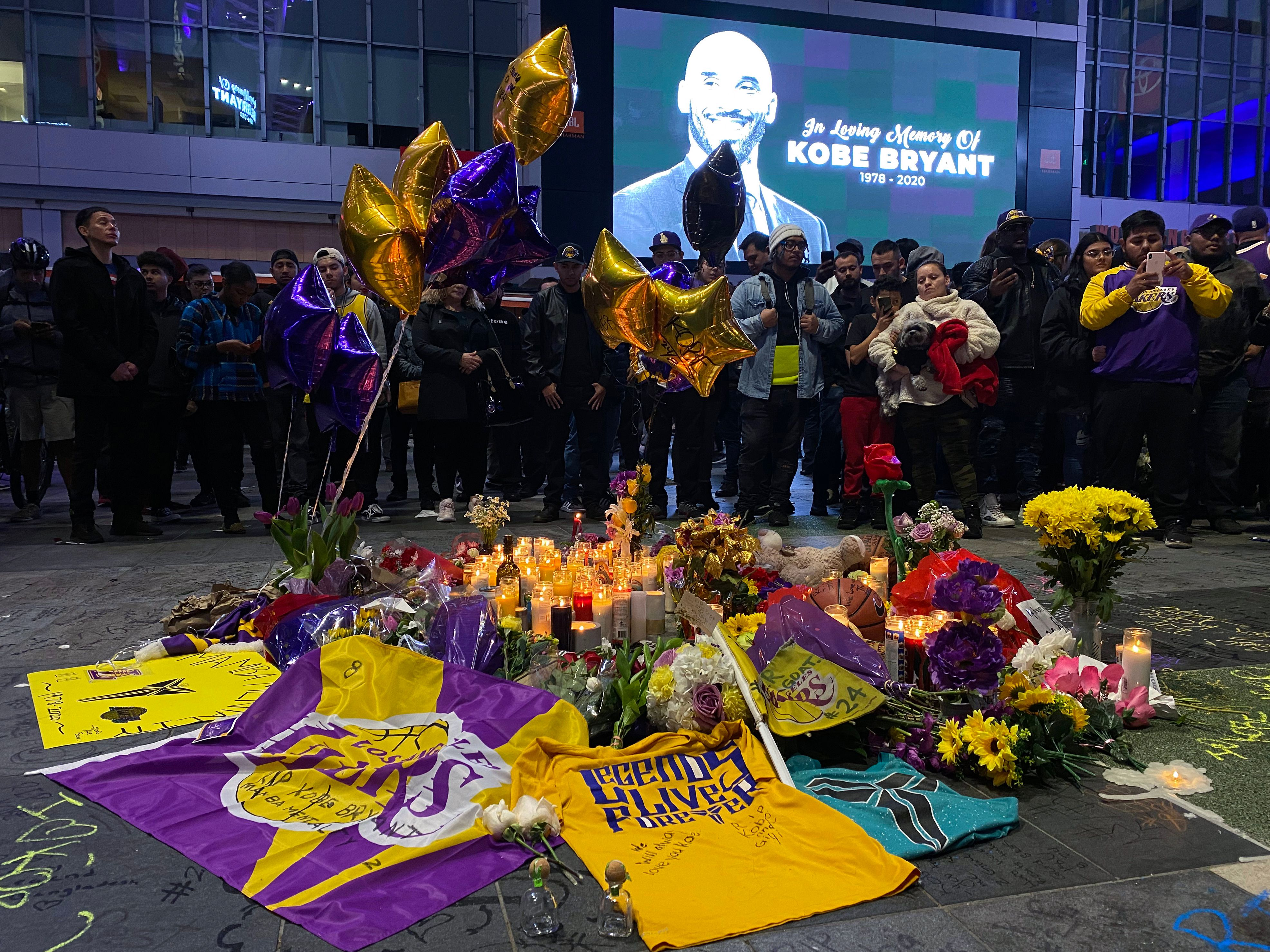 As Los Angeles mourns Kobe Bryant, the Lakers and Clippers will postpone their Tuesday game. (Photo by Chris Delmas /AFP)