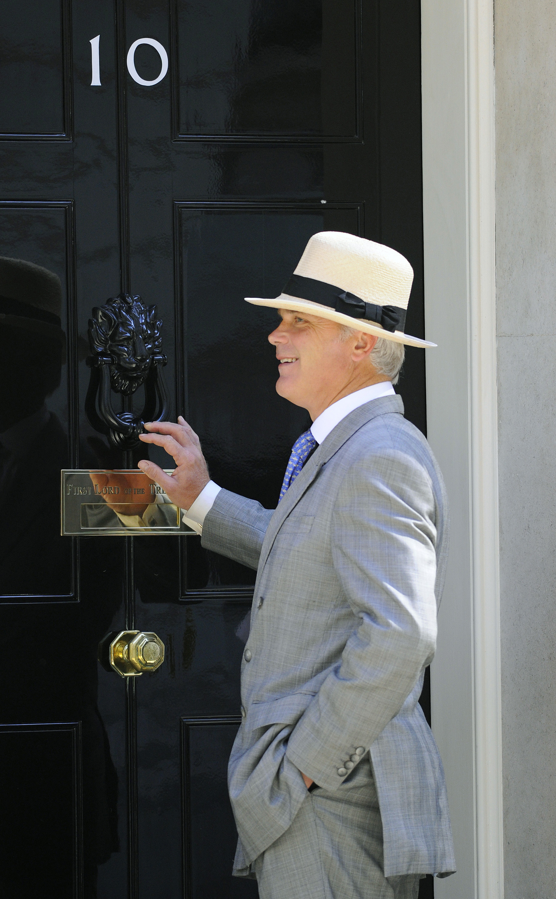 British Conservative Party MP Desmond Swayne arrives before a cabinet meeting at Number 10 Downing Street in London June 3 2010. REUTERS/Toby Melville (BRITAIN - Tags: POLITICS)