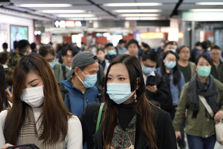 Pasajeros en una estación del metro de Hong Kong lucen máscaras para prevenir contagio en  medio de un brote de coronavirus en  China el miércoles, 22 de enero del 2020.  (AP Foto/Kin Cheung)