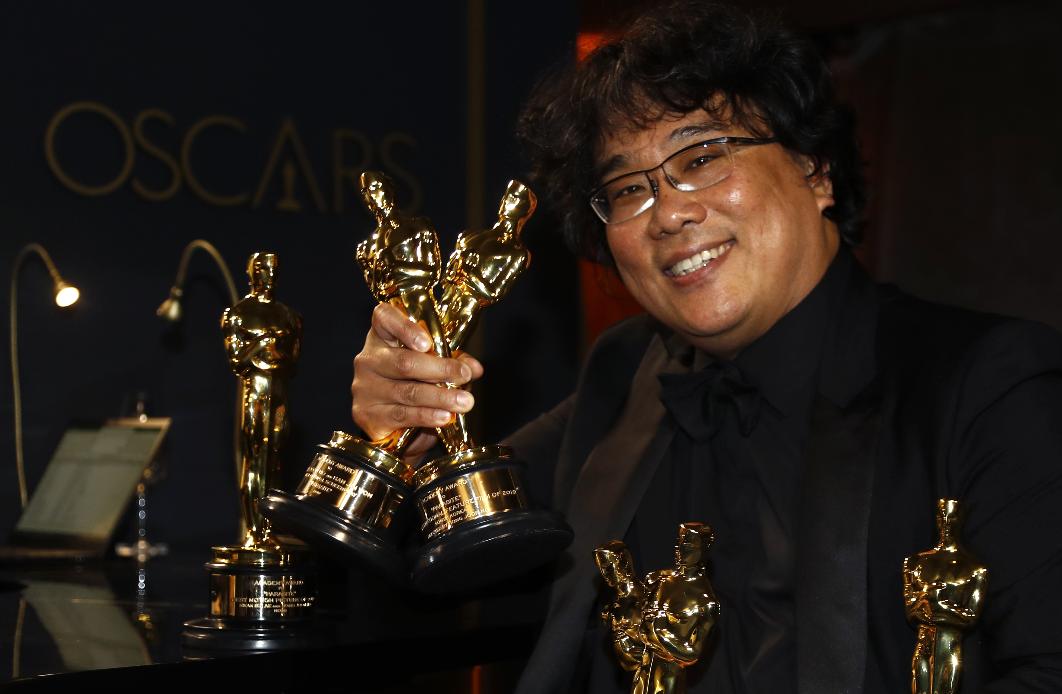 """Bong Joon Ho poses with the Oscars for """"Parasite"""" at the Governors Ball following the 92nd Academy Awards in Los Angeles, California, U.S., February 9, 2020. REUTERS/Eric Gaillard"""