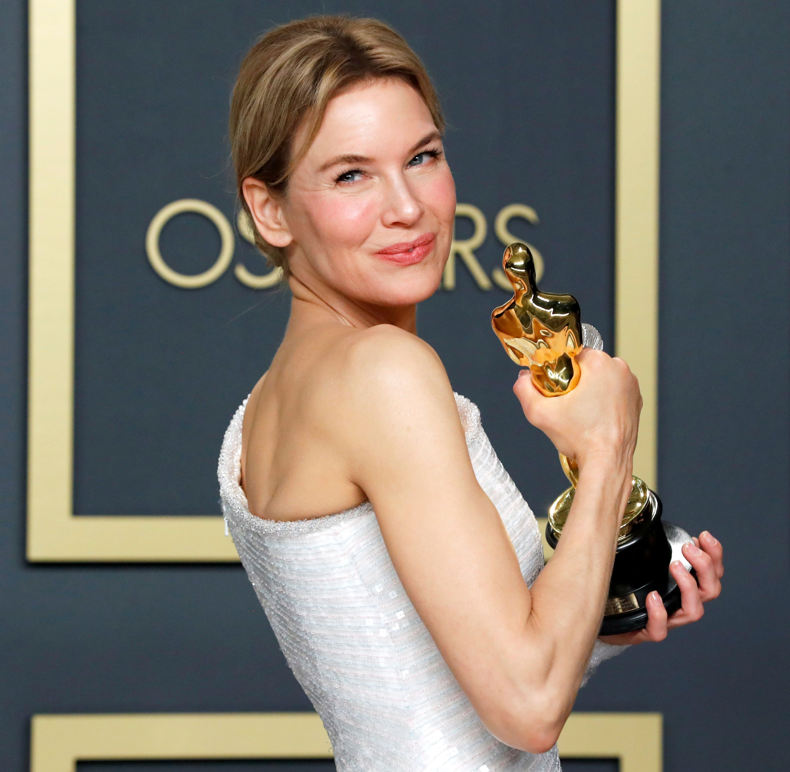 """Renee Zellweger poses with her Oscar for Best Actress in """"Judy"""" in the photo room during the 92nd Academy Awards in Hollywood, Los Angeles, California, U.S., February 9, 2020. REUTERS/Lucas Jackson"""