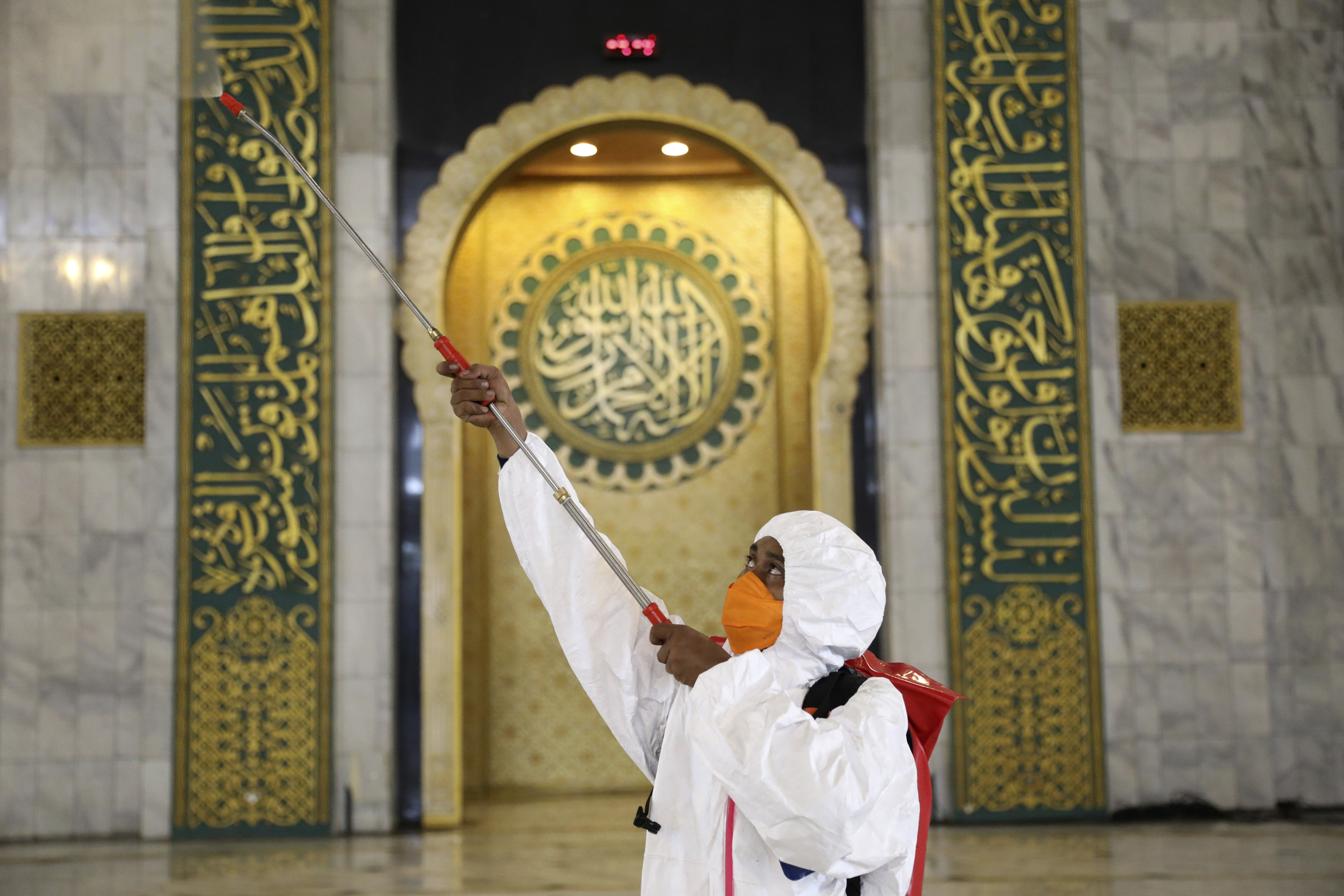 Thousands of Muslim pilgrims brave coronavirus to gather in Indonesia