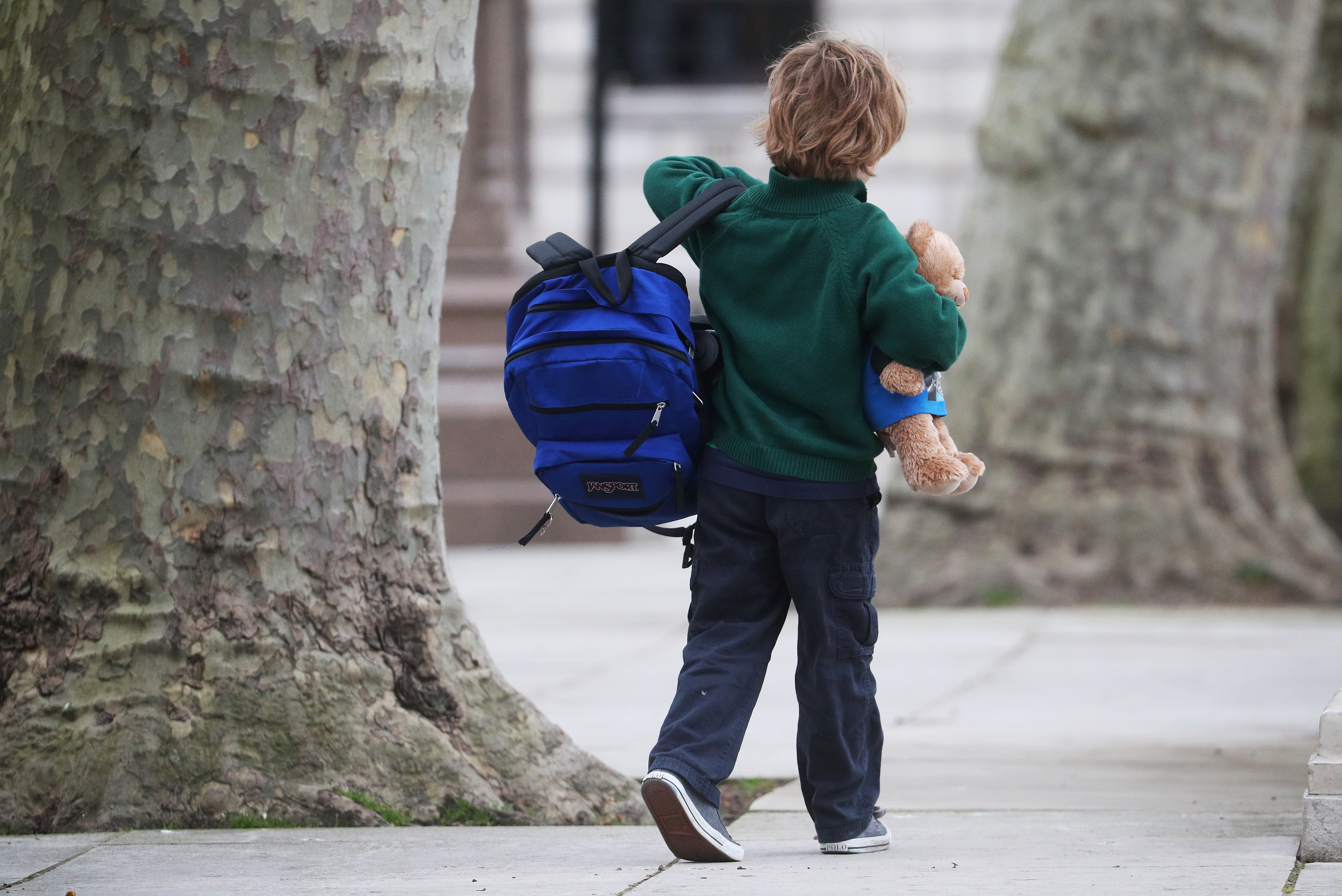 A school child walks in Westminster as the spread of the coronavirus disease (COVID-19) continues, in London, Britain, March 18, 2020. REUTERS/Hannah McKay
