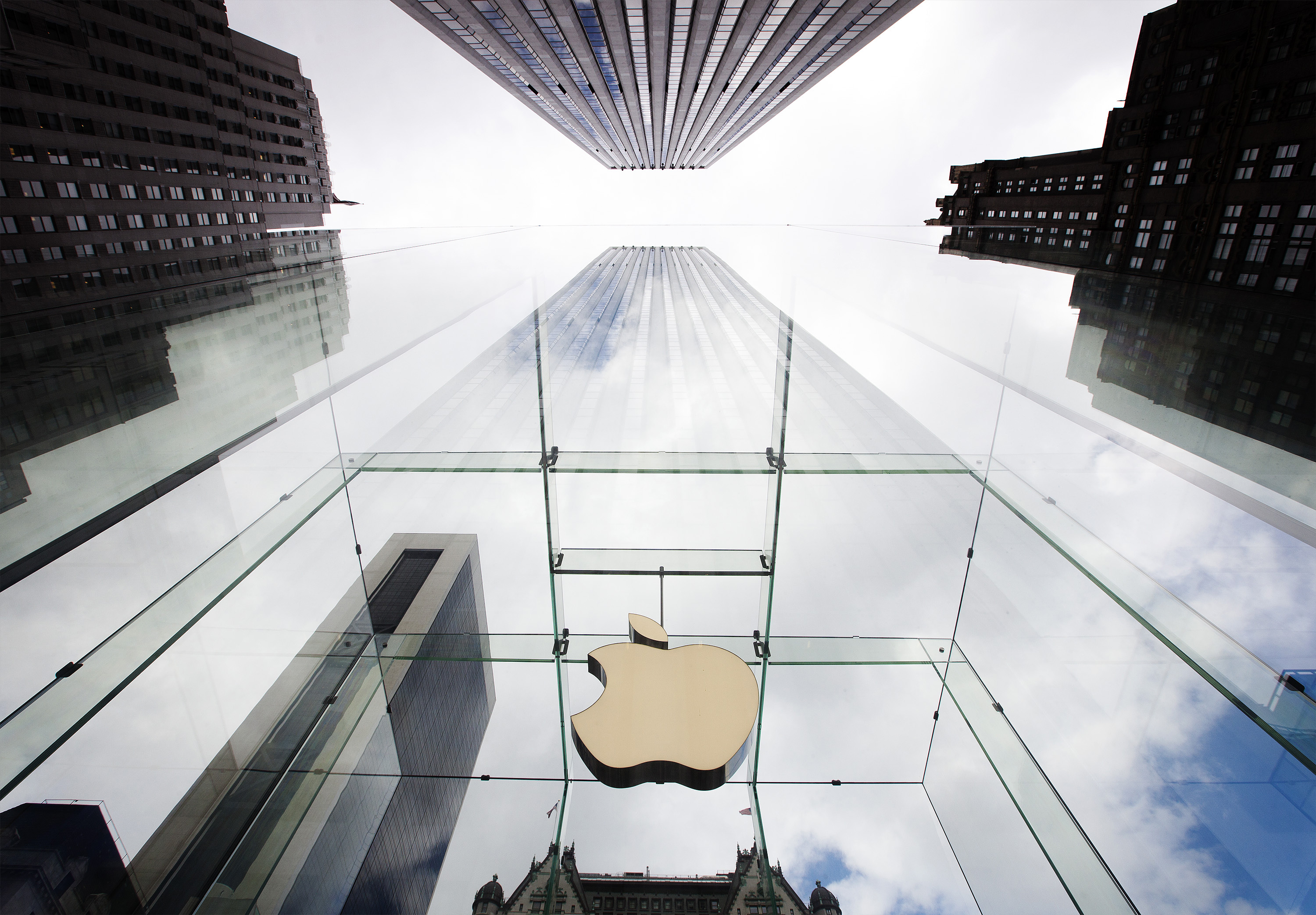 The Apple logo hangs in a glass enclosure above the 5th Ave Apple Store in New York, September 20, 2012.  Apple's iPhone 5 goes on sale tomorrow. REUTERS/Lucas Jackson (UNITED STATES - Tags: BUSINESS SCIENCE TECHNOLOGY LOGO TPX IMAGES OF THE DAY)