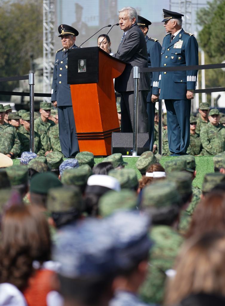López Obrador y los altos mandos de Marina y Sedena, junto a los propuestos para su gobierno que inicia...