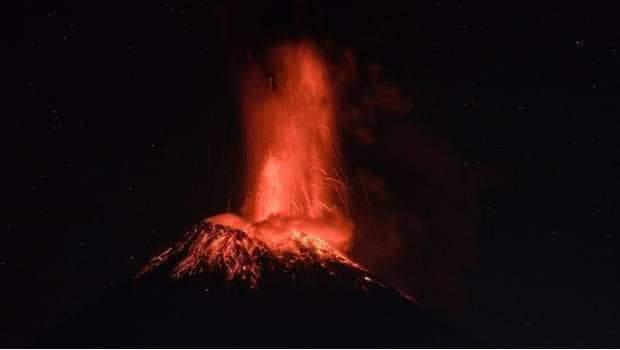 Imágenes nocturnas de la erupción del volcán