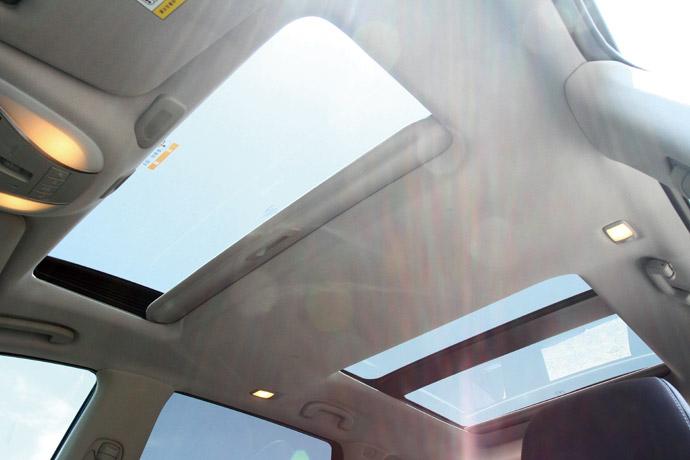美觀與實用兼具的雙扇式電動天窗。 版權所有/汽車視界