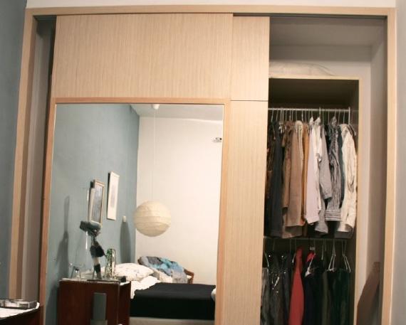 Lillian家的衣櫃請木工只做滑門,裡頭放舊的IKEA PAX櫃身。