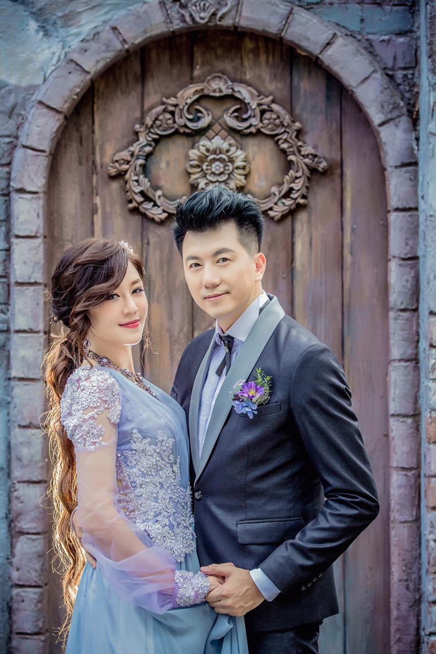 文汶:婚禮前天天厚敷凍膜,在凍膜裡加入保溼精華液加強效果,婚禮天的妝容才會更持久