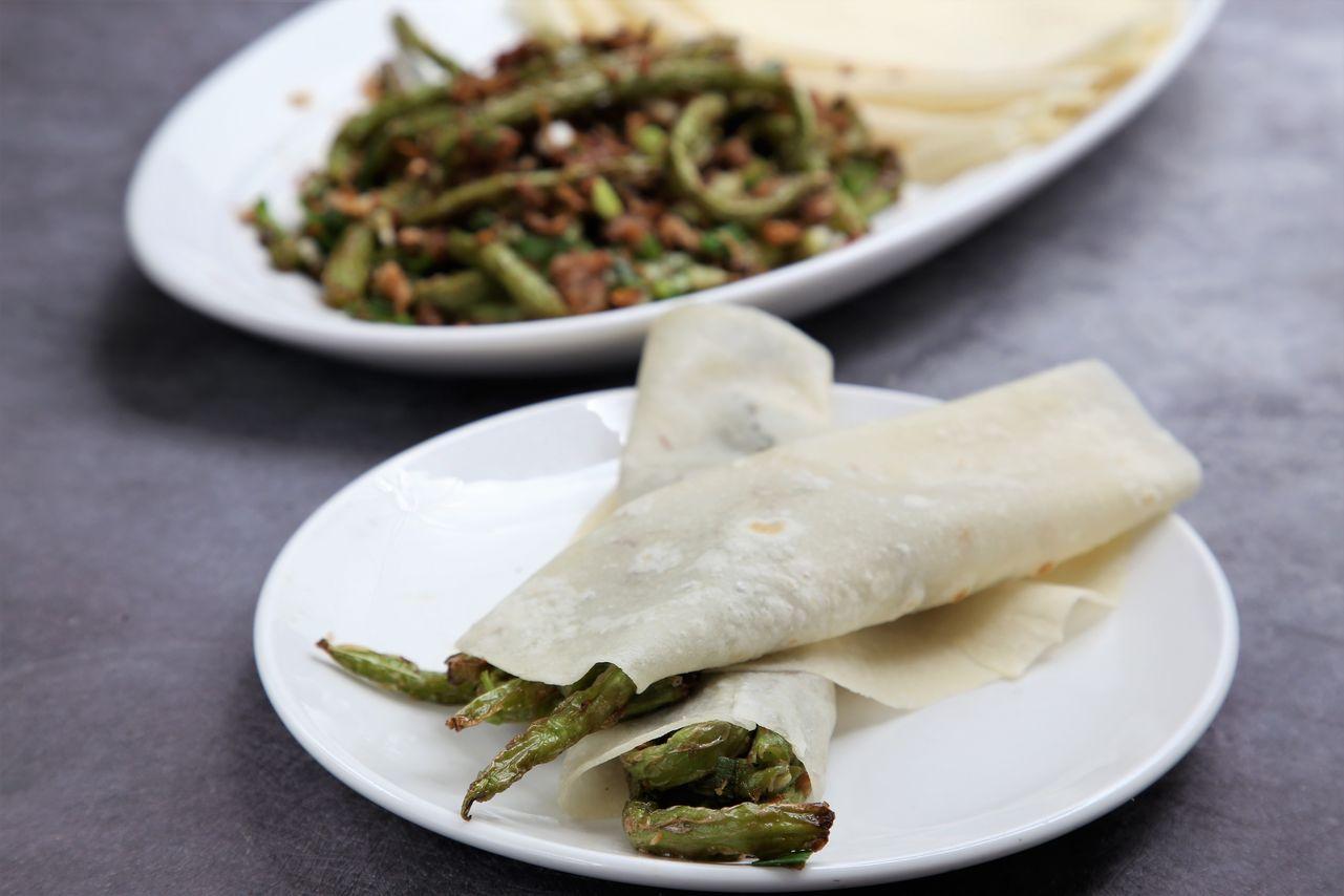 ▲將傳統的乾煸四季豆用蔥餅捲起,讓吃法別有新意。(240元。蔥餅,30元)
