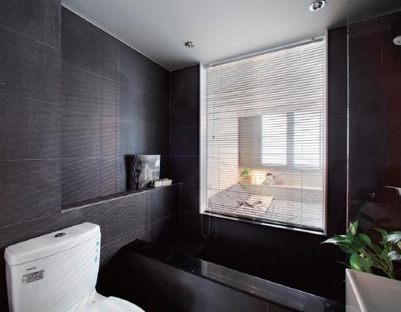 房子中的暗房可以設計成浴室或儲藏室,再用玻璃窗引進光線。需要隱私之處可加窗簾。(尤噠唯設計提供)