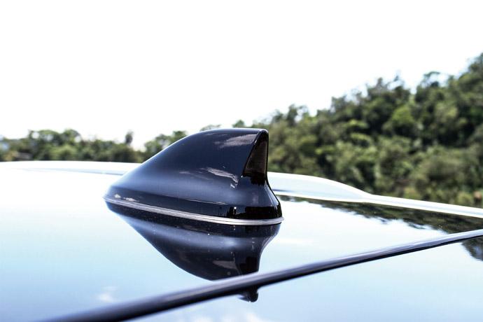 車頂天線採用時尚動感的鯊魚鰭造型。 版權所有/汽車視界