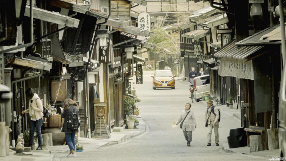 開著日產租車穿梭在奈良井宿的街道上,彷彿進入時光隧道
