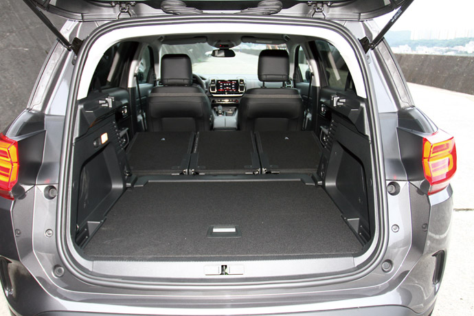 行李廂底板可以上下做微調的動作,創造額外的空間容量。 版權所有/汽車視界