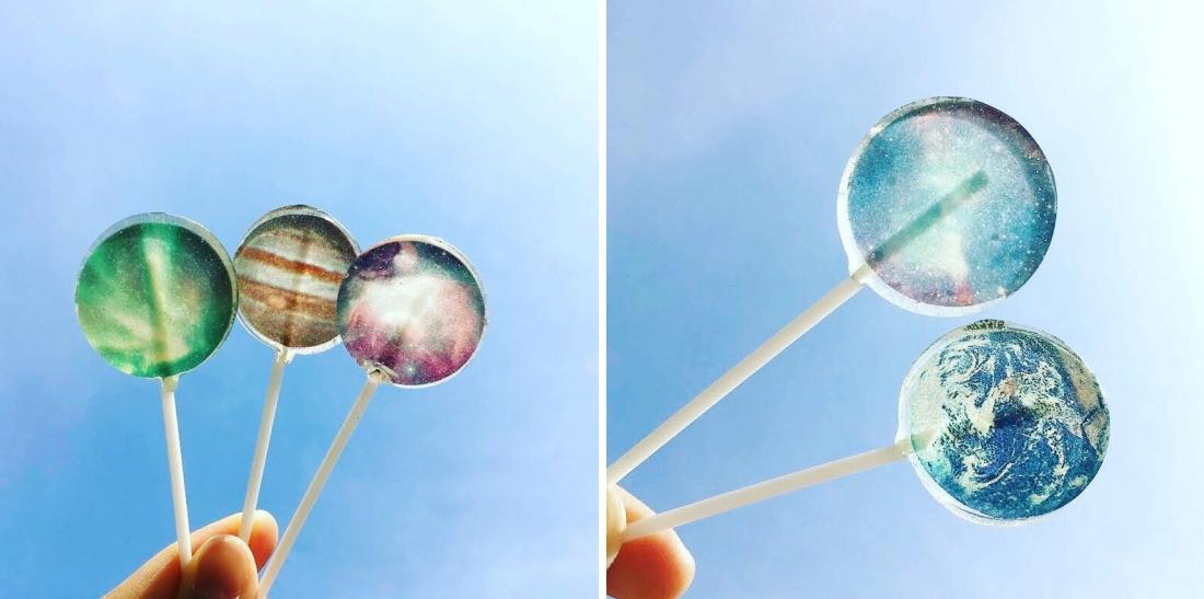 各種星球為主題的棒棒糖放在晴朗的天空下,誰不想按下快門鍵呢?