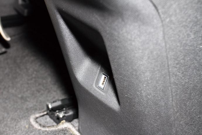 於後座冷氣口下緣有12V的USB充電插槽,相當貼心的設計。 版權所有/汽車視界