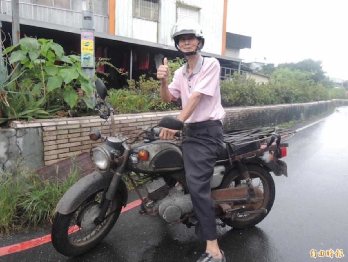 宜蘭縣製麵工會理事長游田金,常騎著 48 年車齡的骨董機車趴趴走。(記者江志雄攝)