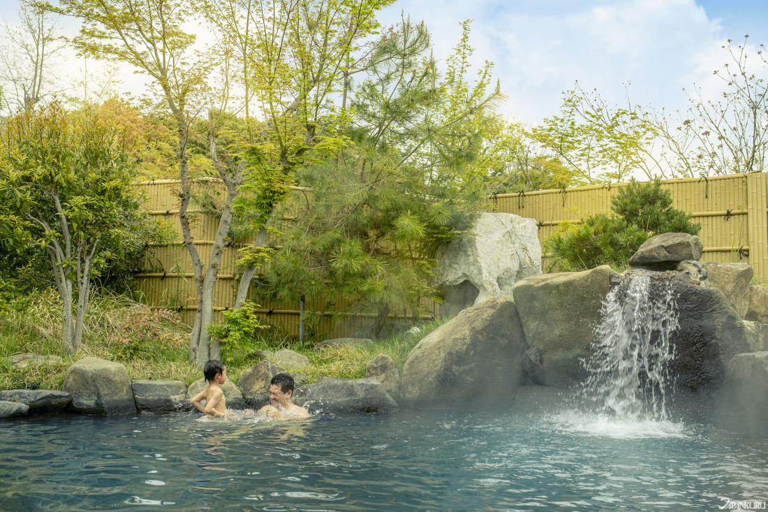 天然溫泉「Kur Garden」,泉源來自鈴鹿當地,有室內或露天,另設有溫水游泳池。
