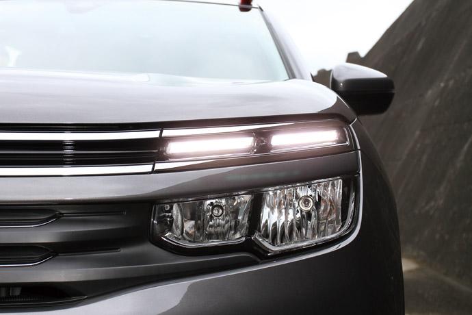 上緣兩條並列LED日行燈與方向燈,下方則是LED遠近燈。 版權所有/汽車視界