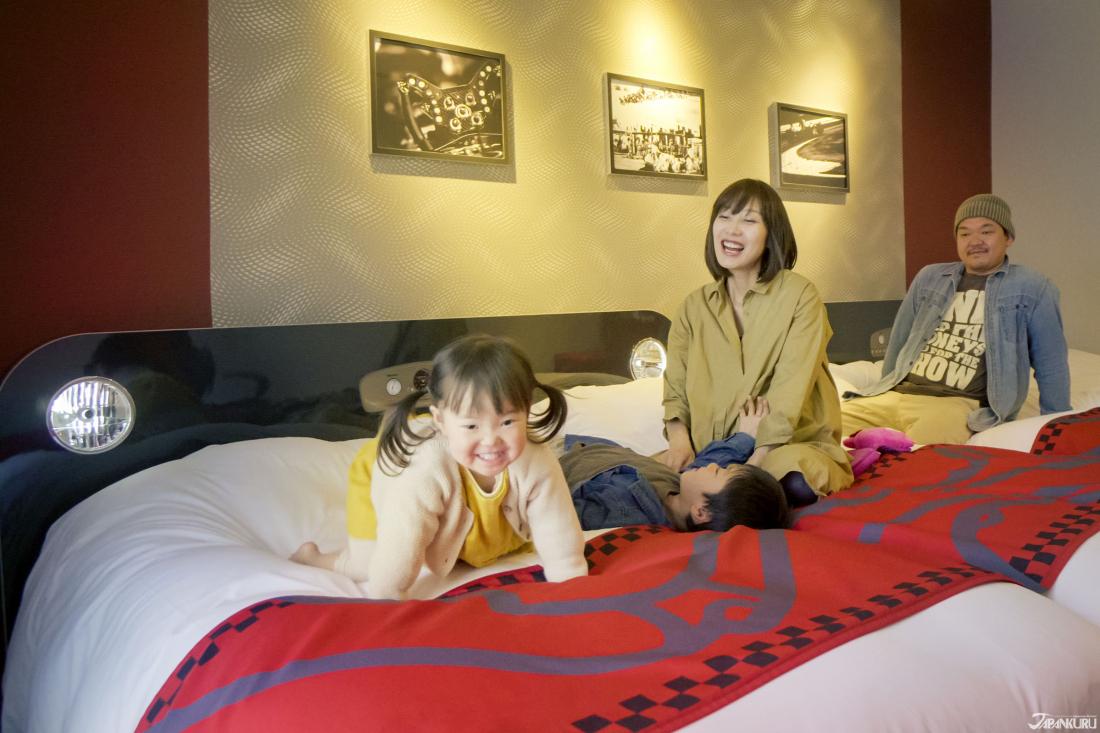特別的房間設計,與寬敞柔軟的床鋪,讓小朋友們一進去就興奮不已。