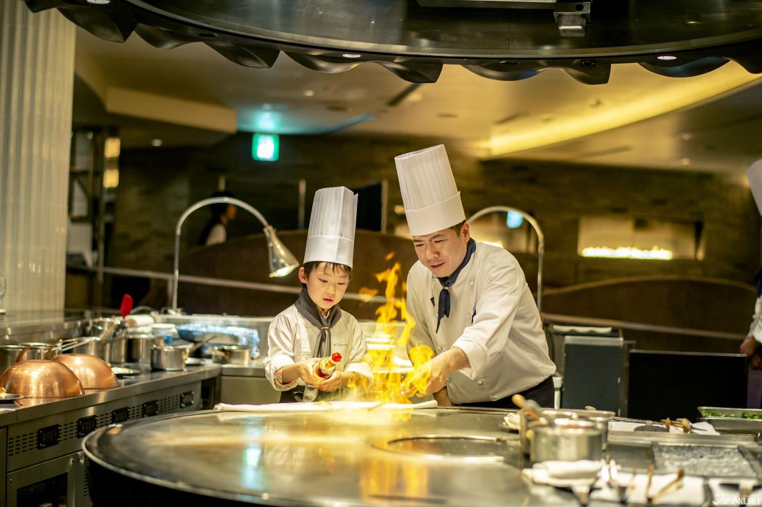 二樓的高級燒烤酒吧「SHUN」中,有小小廚師體驗營。