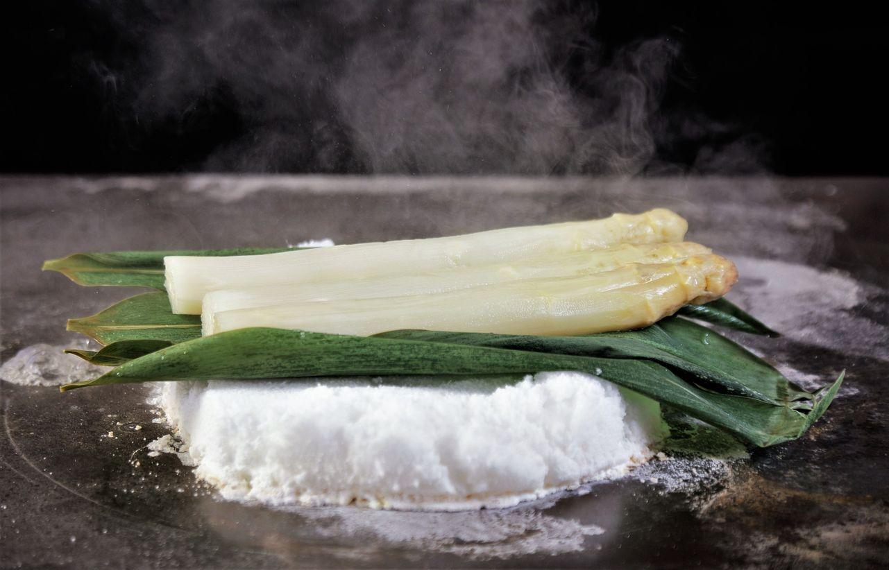 ▲ROBIN'S鐵板燒所推出的鹽岩白蘆筍,完整保存白蘆筍原始的鮮甜,食用時伊比利火腿的鹹香、白蘆筍高湯起士醬,更添法國白蘆筍純淨的甘美滋味。