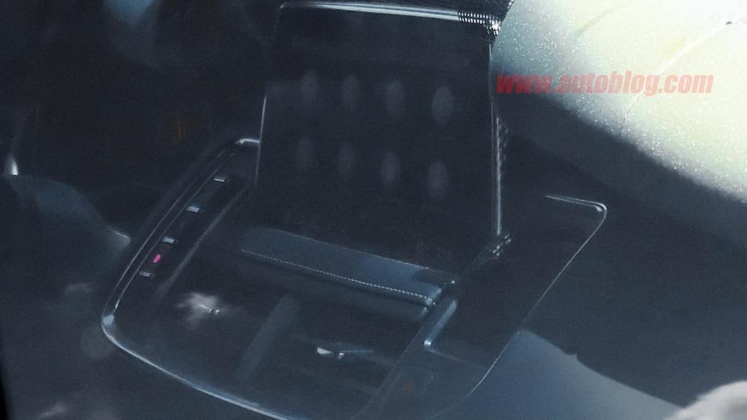 圖 / 新一代Cadillac Escalade最大亮點在於內裝,中控台區域採用類似平板電腦的觸控螢幕,當要使用時會緩緩升起。