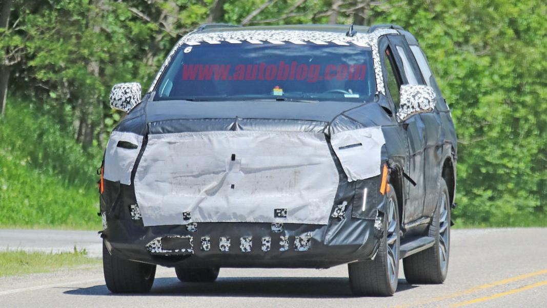 圖 / 外觀雖然被包覆緊緊,但不難看出新一代Cadillac Escalade前大燈和LED DRL日行燈經過一番重新設計。