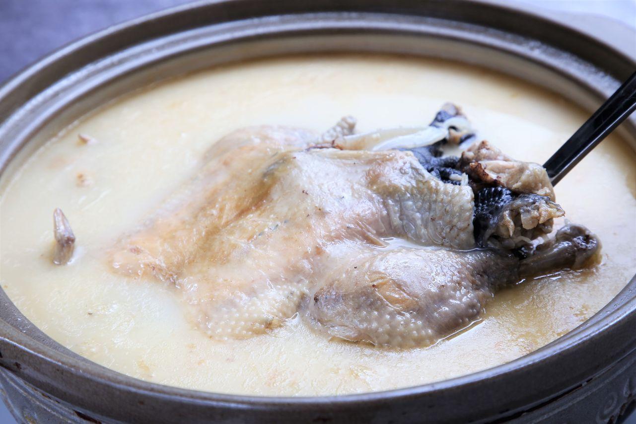 ▲行家必吃的「砂鍋雞湯」,選用約2.5斤仿土雞,在肚子裡塞入金華火腿、干貝後蒸到半熟,再加入以老母雞、金華火腿、豬腳等熬成的乳白色高湯繼續熬煮。這道湯品有兩種吃法,吃原味外,還可以吃一半加白菜、豆腐煮,多一股蔬菜清甜。(砂鍋雞湯,1500元/全雞。加白菜、豆腐,200元)