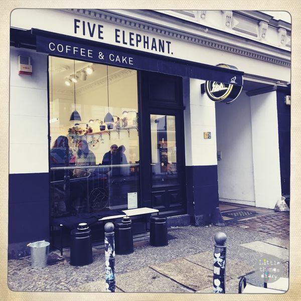 Five Elephant Coffee & Cake 柏林白色咖啡長廊,德國三大精品咖啡 Sophie Weigensamer 和 Kris Schackman 共同創立的咖啡品牌,位於競爭激烈的米特區 提供來自世界各地的特色咖啡,致力於發展咖啡社區與友善地球的生產方式經營
