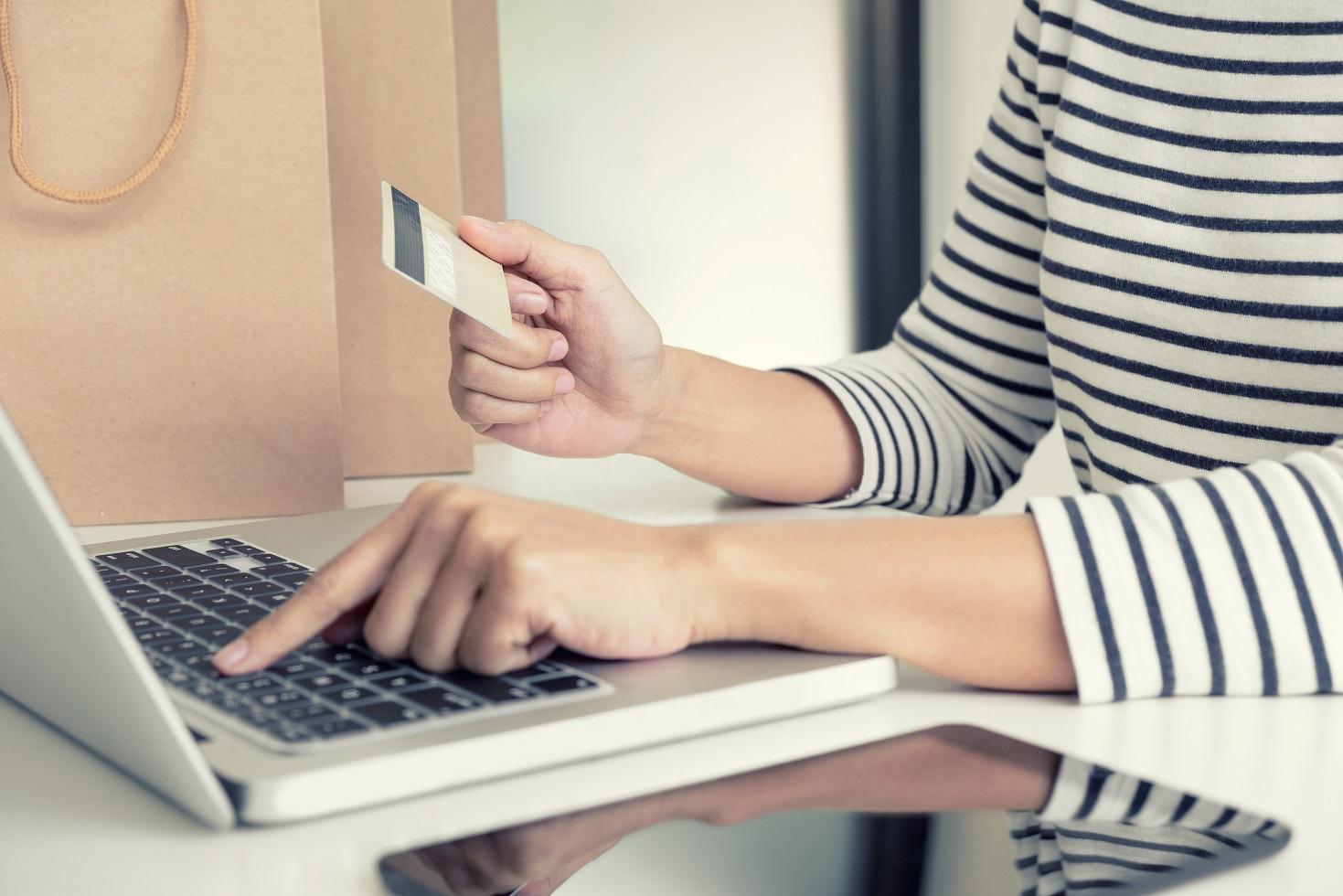 ▲使用華夏哩程購物,最高可折購物金額35%,別讓哩程過期了!(圖/shutterstock.com)