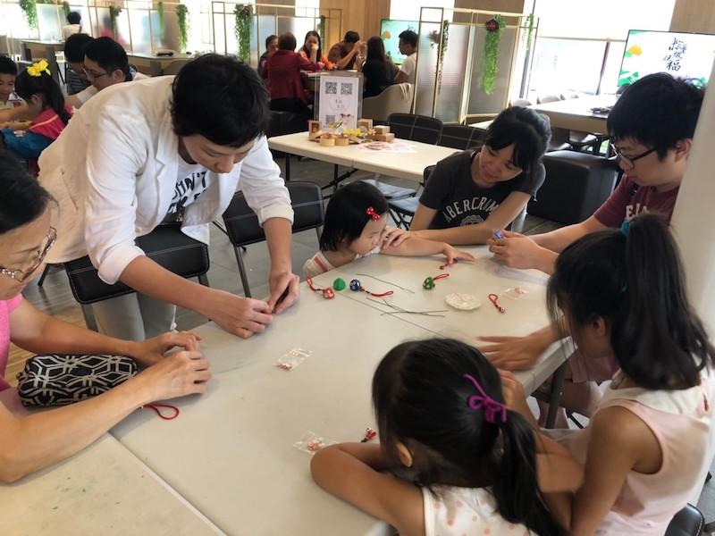 ▲「弘暉大苑」推輕黏土體驗,吸引很多家長帶小孩參加。