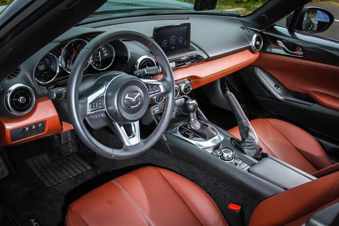 車艙的陳設採用一貫的運動話設計風格,簡單,卻一切都如此的就手,同時,黑色塑料材質搭配酒紅色的真皮鋪陳,讓車內的配色頓時活潑許多,對於質感的提升也有相當程度的幫助。 版權所有/汽車視界