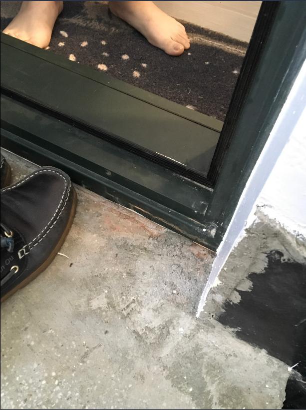 ▲戶外壁面明顯做工失誤,卻未立即修補,僅便宜行事。