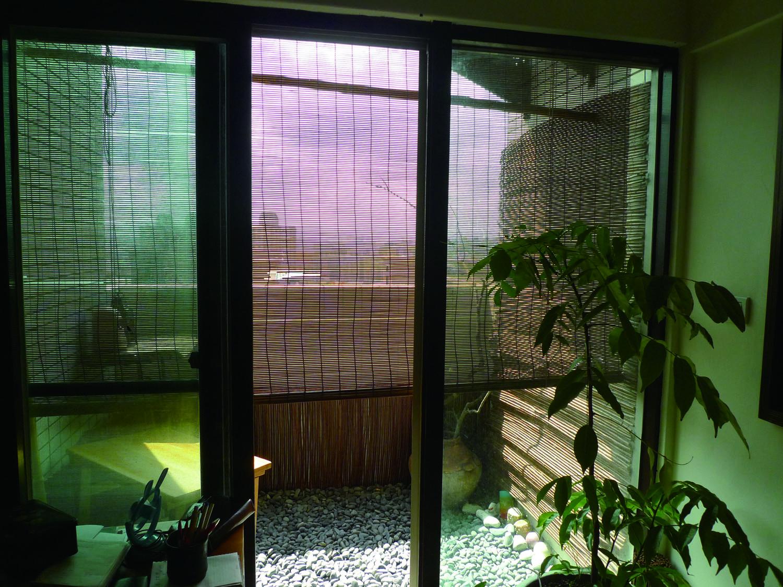 竹簾整個掛在窗外,可讓陽光不會直接照到玻璃窗,有點類似外遮陽的概念。這竹簾約2,000多元。