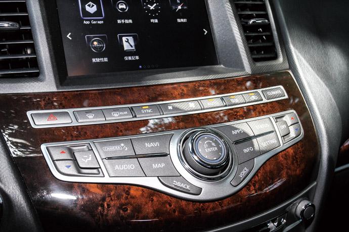 楓木內裝飾板的中控台,成就其豪華的內裝品味。 版權所有/汽車視界