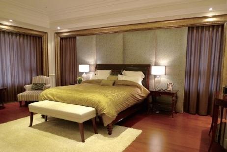 床頭整面牆繃布,會日積月累的招塵,這是無法拆洗的。你睡在下面,剛好當人體吸塵器。