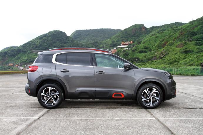 環繞車身下方的黑色塑料,採Airbump防刮設計。 版權所有/汽車視界