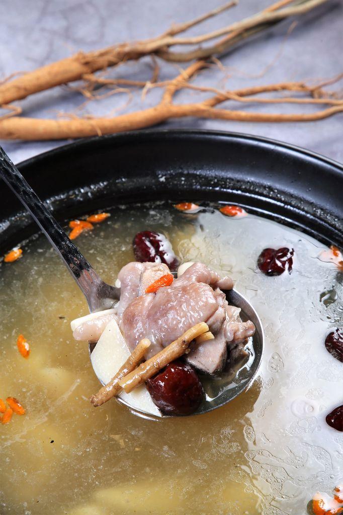 ▲將狗尾草與白蘿蔔、紅蘿蔔、昆布、洋蔥等熬成湯底,再與以野生紅土蔘與黨蔘、紅棗、枸杞、台灣快樂雞等,燉煮入味的「金皇天下雞湯」,喝來香醇甘甜,雞肉嫩,中藥味不重,帶著淡淡蔘味,是好喝又溫補的一品。(680元/半雞)
