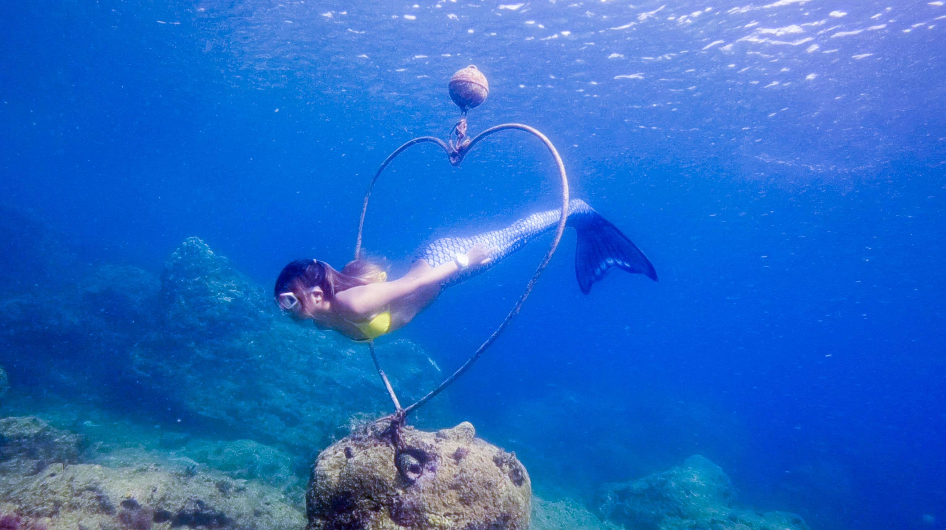 位在墾丁香蕉灣裡的心型圈,熱愛潛水的年輕人都搶著來這裡拍照,穿過心型圈見證美麗愛情。