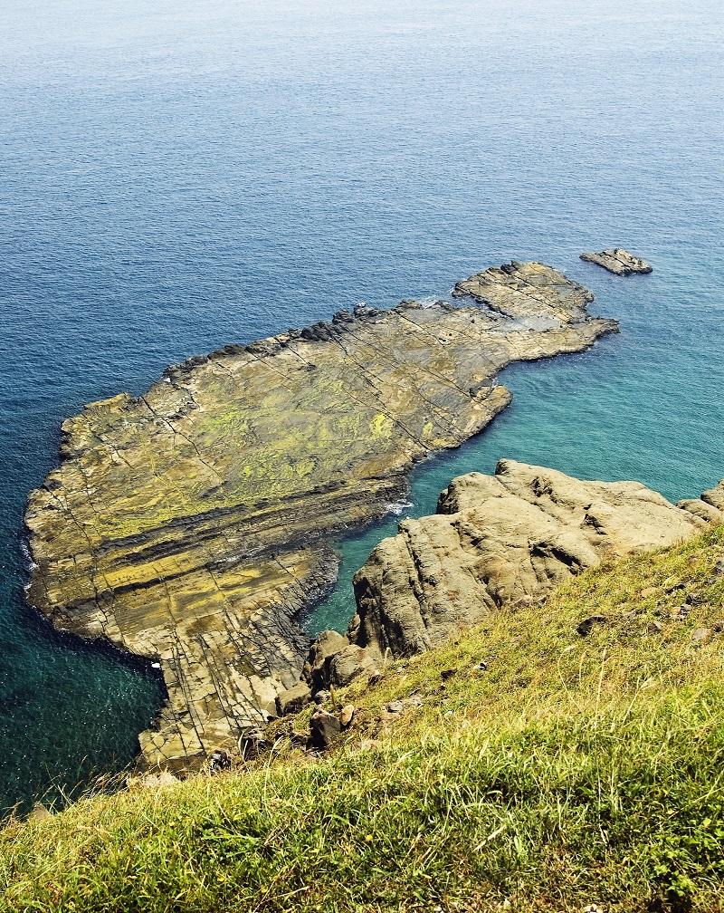 夏來臨,又到了澎湖的旅遊旺季。圖為七美鄉中和村大獅風景區。(圖/五福旅遊)