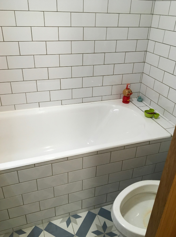 ▲廁所浴缸泥作有誤,使用後,容易出現漏水問題,增加使用困擾。