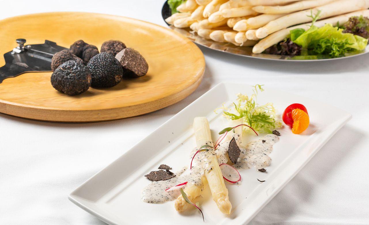 ▲在華國牛排館享用法國白蘆筍跟法國冬季黑松露,只需不到500元就能輕鬆品嘗兩大珍饈美味。
