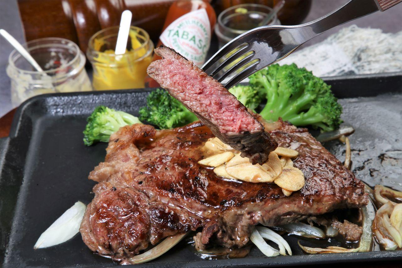 ▲油花分布均勻肉質帶有咬勁,這款紐約客也是店裡很有人氣的部位之一。(美國U.S.CAB 安格斯黑牛紐約客牛排,1.9元/公克,200公克430元,300公克620元)