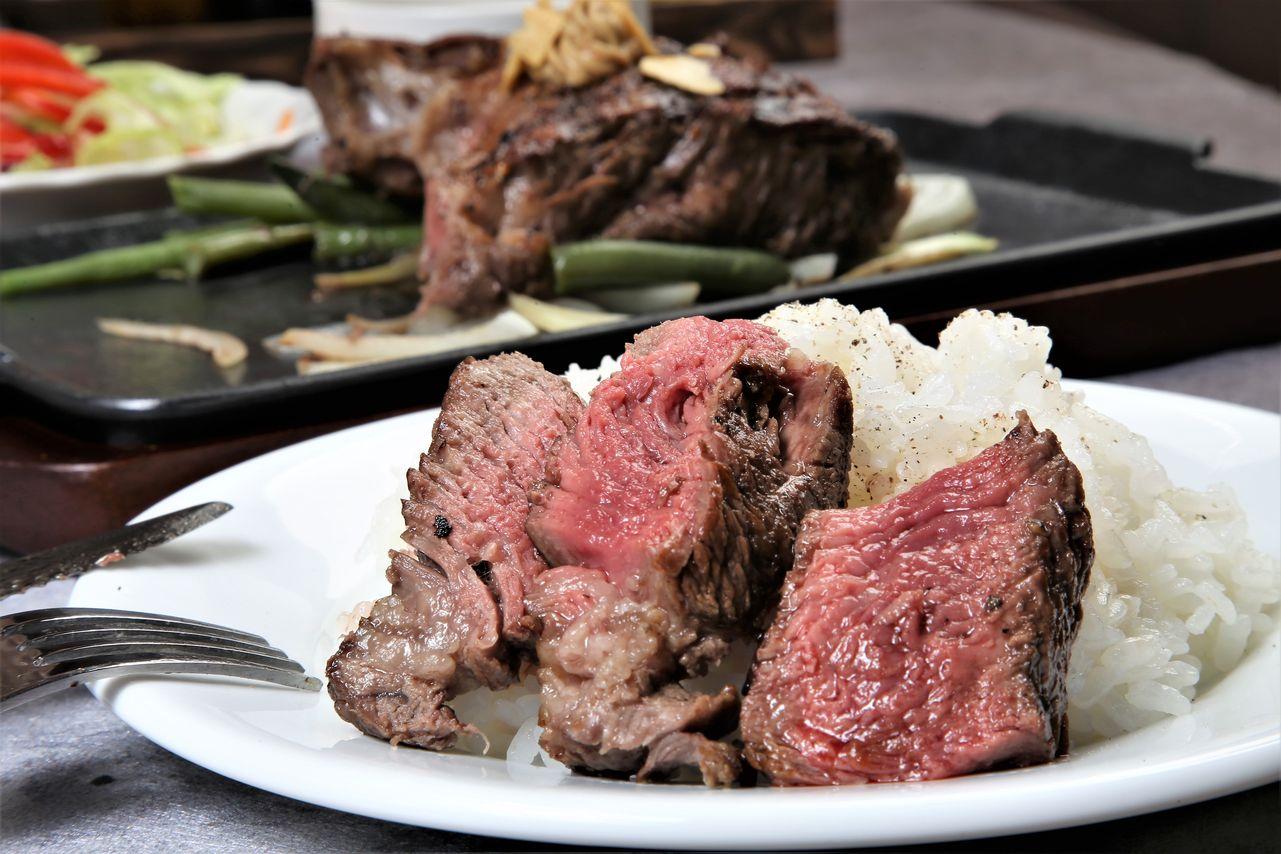▲將切好的牛排擺在白飯上一起吃,也是日本人才懂的老式浪漫吃法。